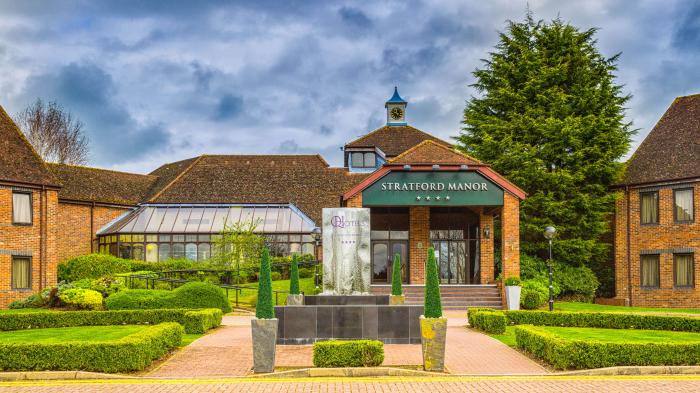 Stratford manor hotel for Hotels near warwick castle with swimming pool
